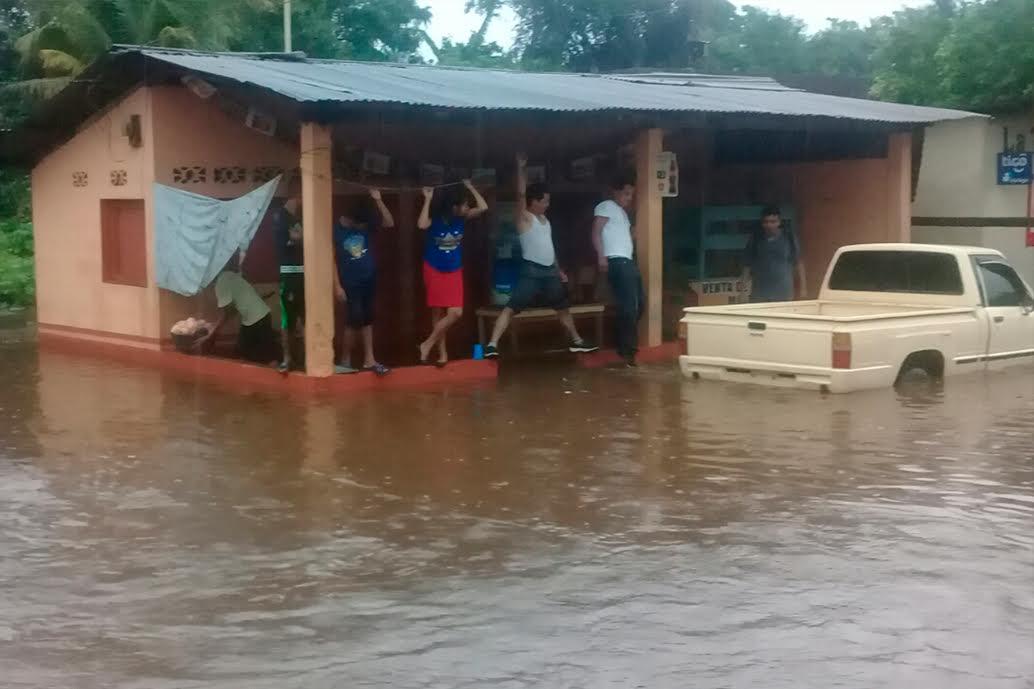 Varias viviendas de la comunidad El Caracol fueron inundadas por la crecida del caudal Petacalapa en San Marcos. (Foto Prensa Libre: Whitmer Barrera)