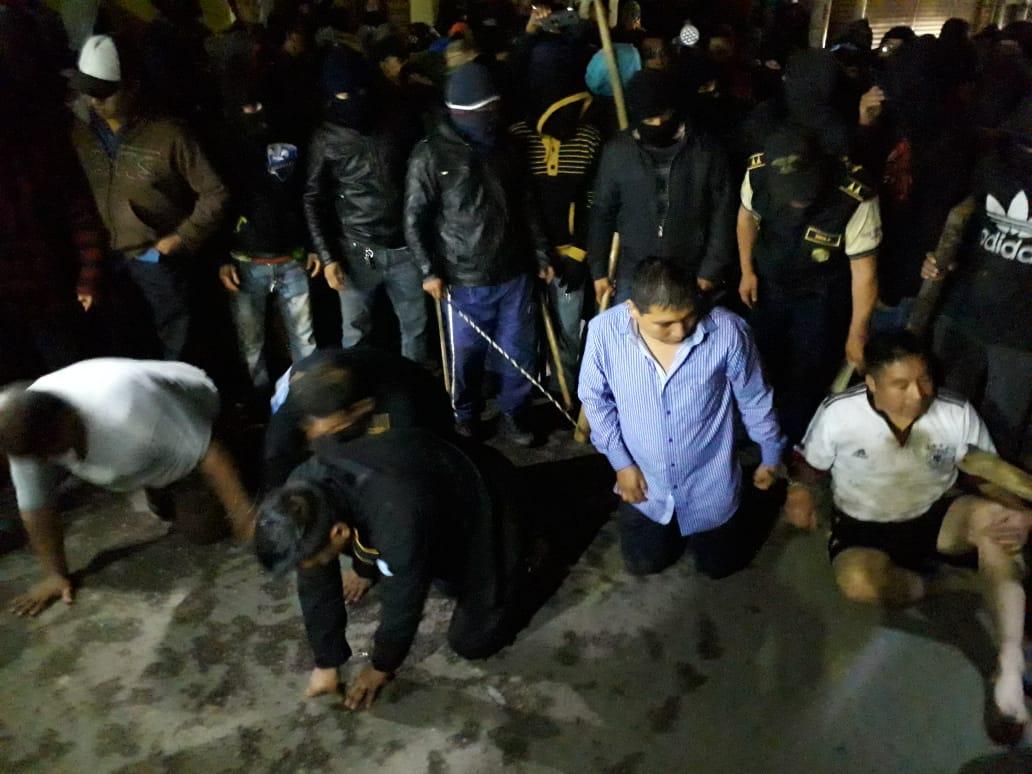 Los tres policías y los dos civiles permanecieron retenidos durante más de seis horas, en Tecpán Guatemala, Chimaltenango. (Foto Prensa Libre: Cortesía)