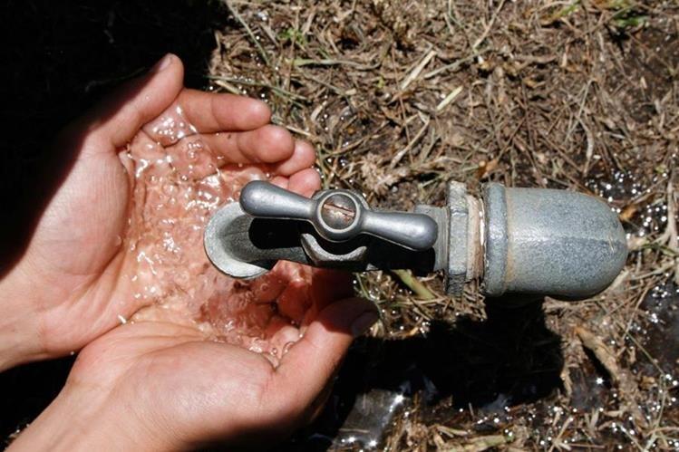 En la metrópoli se estima que unas 800 mil personas no tienen acceso o padecen de suspensión frecuente del suministro de agua entubada. (Foto Prensa Libre: Hemeroteca PL)