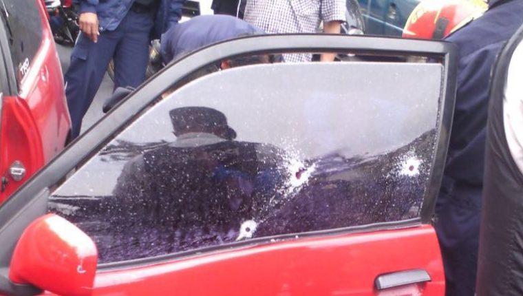 Un auditor quedó gravemente herido luego de ser víctima de un ataque armado en la zona 10 capitalina. (Foto Prensa Libre: Bomberos Municipales)