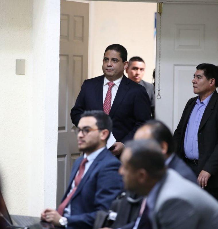 Juan Carlos Monzón ingresa a la sala para continuar con su declaración en el caso Cooptación del Estado. (Foto Prensa Libre: Paulo Raquec)