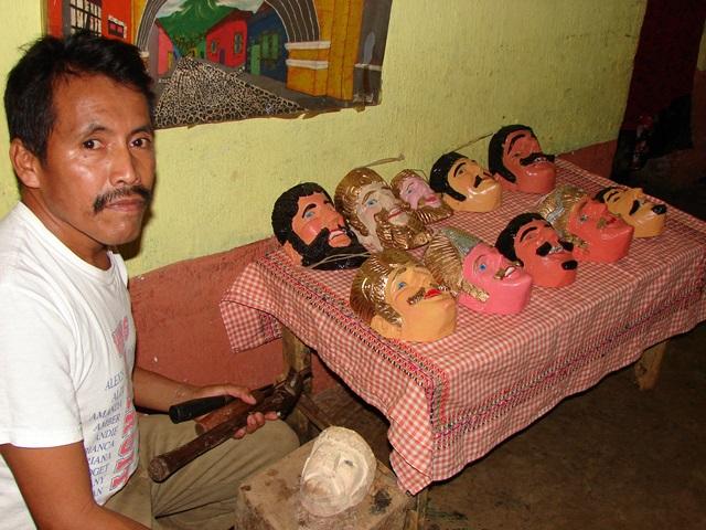Miguel Macario junto a varias de sus obras de madera cedro. (Foto Prensa Libre: Cristian I. Soto)
