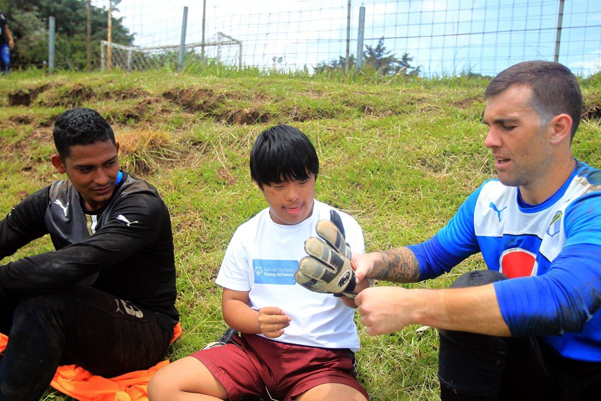 Fredy Pérez y Javier Irazún comparten con el pequeño aficionado. (Foto Prensa Libre: Carlos Vicente)