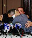 Los sobrevivientes se abrazan luego de la lectura de la carta. (Foto Prensa Libre: EFE)