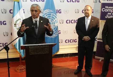 EL PRESIDENTE  Pérez Molina explica el mecanismo para solicitar la ampliación por dos años  del mandato de la Cicig. Observa Francisco Dall'Anese.