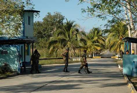 Ingreso al Comando Aéreo en Petén, donde ocurrió el robo de granadas. (Foto Prensa Libre: Archivo)