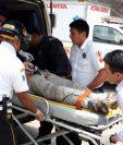 El médico Josep Plank es trasladado por Bomberos Voluntarios a un centro asistencial en Santa María de Jesús, Sacatepéquez. (Foto Prensa Libre: Renato Melgar)