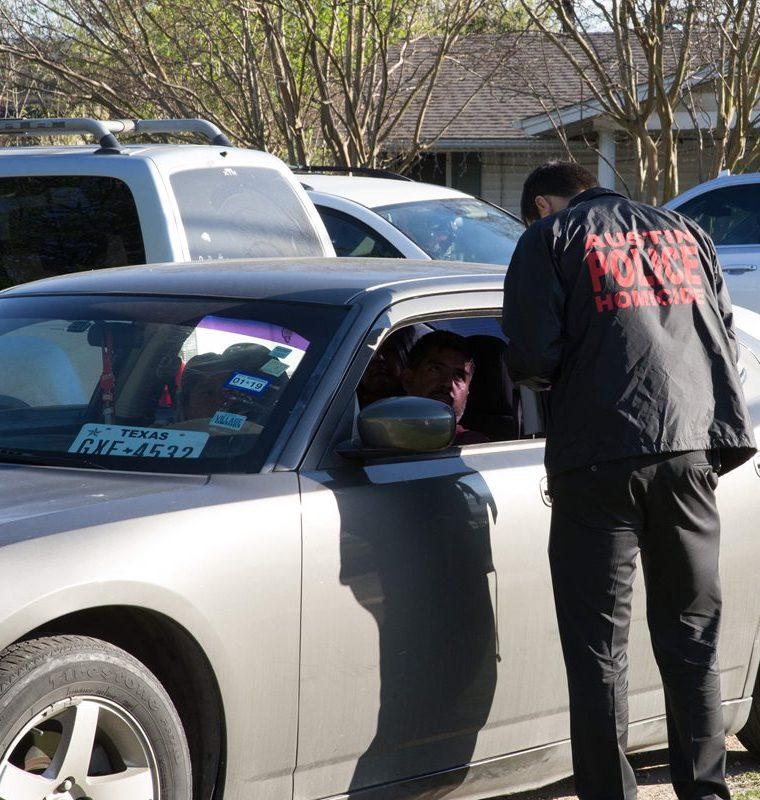 Un detective de homicidios entrevista a un residente cerca de la calle Galindo en Austin, Texas.(AFP).