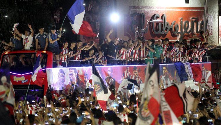 Los jugadores de las Chivas de Guadalajara celebraron un título 11 años después al derrotar a Tigres. (Foto Prensa Libre: EFE)