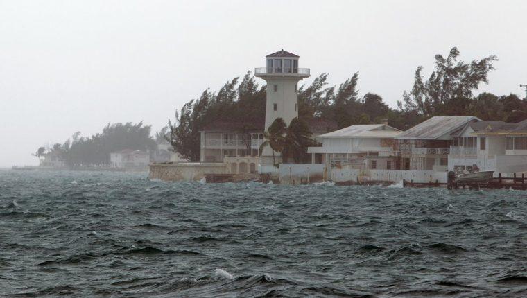 El centro del huracán se encuentra a unas 5 millas al sur de cayo Rum y a 40 millas al sur-suroeste de la isla de San Salvador, ambas en las Bahamas. (Foto Prensa Libre: AP).