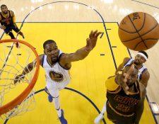 LeBron James (23) de los Cleveland Cavaliers salta junto a Kevin Durant (35) de los Warriors. (Foto Prensa Libre: AP)
