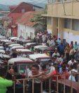 Pilotos de mototaxis se reunieron para manifestar contra disposiciones municipales en Flores, Petén. (Foto Prensa Libre: Rigoberto Escobar)