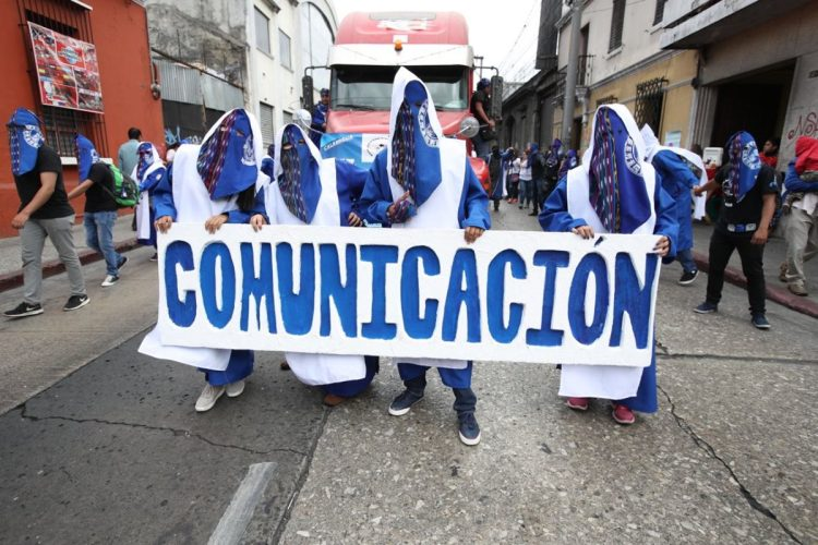 Los colores azul y blanco son utilizados por la Facultad de Ciencias de la Comunicación.