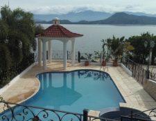 """Una lujosa vivienda de Francisco Morales, alias """"Chico Dólar"""", en el lago Güija, en la frontera de Guatemala y El Salvador. (Foto Prensa Libre: MP)"""