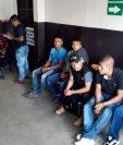 Los agentes detenidos esperan audiencia en el Juzgado de Turno de Mixco. (Foto Prensa Libre: Erick Avila)