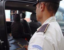 El menor es trasladado en un vehÍculo de la PNC a la ProcuradurÍa General de la Nacion (PGN). (Foto Prensa Libre: Cortesía PNC)