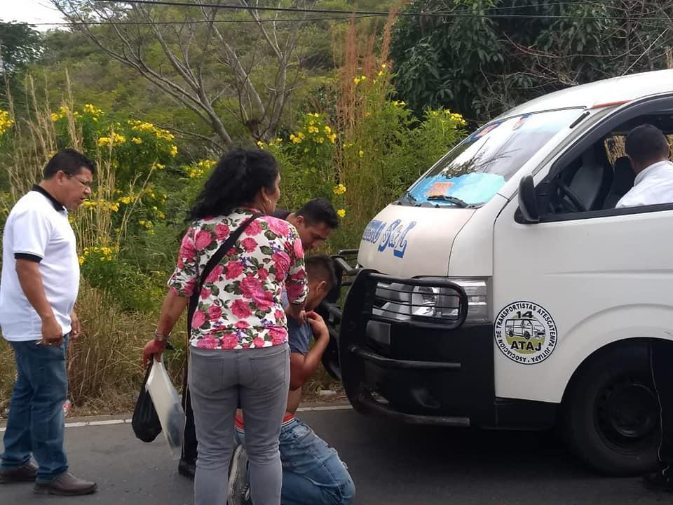Bomberos voluntarios atienden a los pasajeros que sufrieron crisis nerviosa. (Foto Prensa Libre: Cortesía Bomberos Voluntarios).