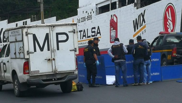 Una persona murió y dos resultaron heridas en un ataque armado registrado en el bulevar el Naranjo. (Foto Prensa Libre: Érick Ávila)