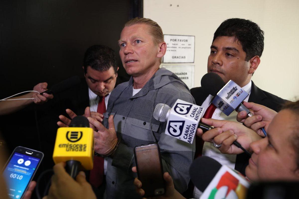 Igor Bitkov habla con los medios luego del fallo de la sala de Apelaciones. (Foto Prensa Libre: Paulo Raquec)