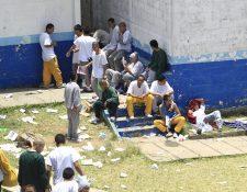 Internos de la correccional Las Gaviotas durante un motín el pasado lunes. (Foto Prensa Libre: Hemeroteca PL).