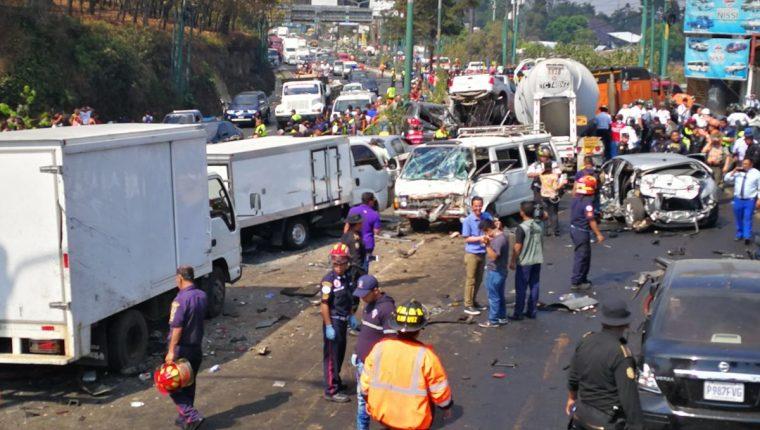 Al menos siete personas muertas dejó un accidente causado por un tráiler en San Cristóbal, Mixco. (Foto Prensa Libre: Estuardo Paredes)