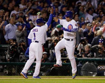 Willson Contreras y Gary Jones celebran al final del encuentro el triunfo de los Cachorros. (Foto Prensa Libre: AP)