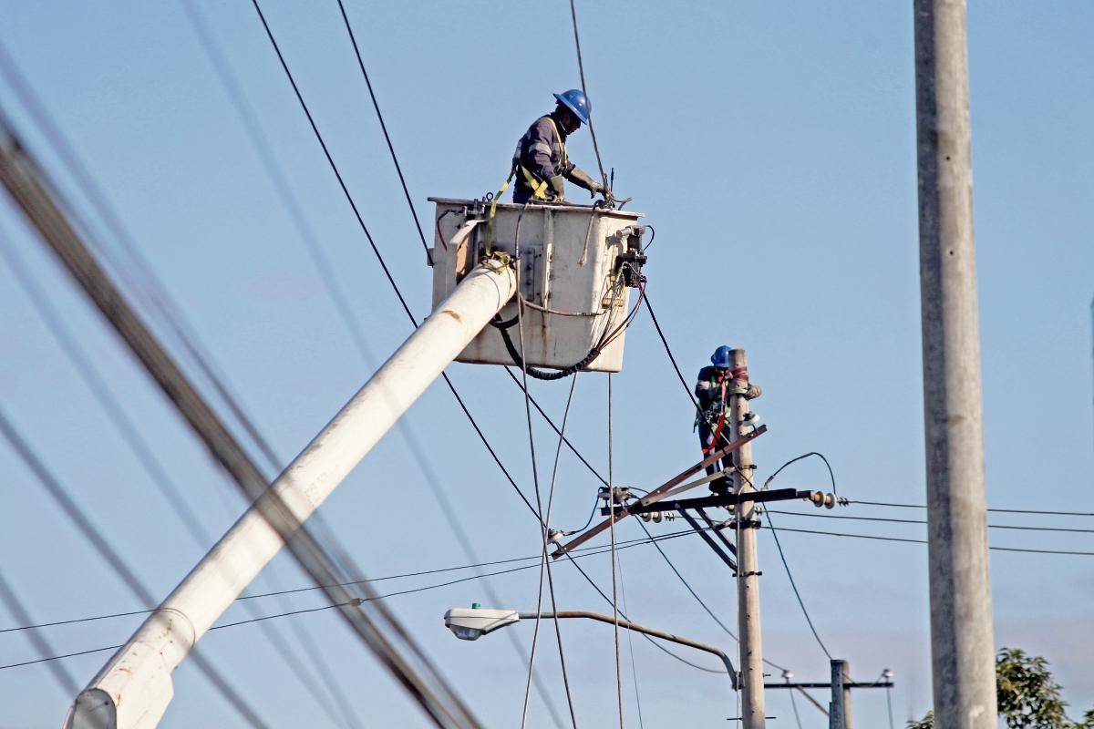 Trabajadores de la Empresa Eléctrica de Guatemala reparan cables de energía para restablecer el alumbrado público en un sector capitalino. (Foto Prensa Libre: Erick Ávila)