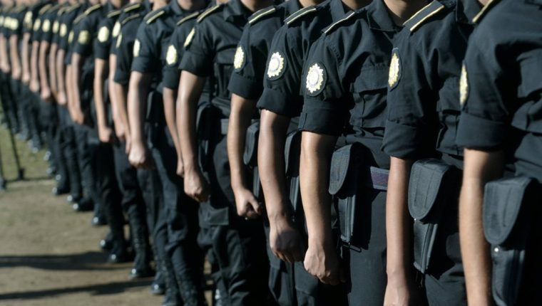 Tres agentes de la PNC fueron capturados por intentar conseguir dinero a cambio de no efectuar una consignación. (Foto Prensa Libre: PNC)