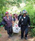 Socorristas y vecinos trasladan el cadáver de la menor, quien fue localizada en agosto del 2014 en la cabecera de Totonicapán. (Foto Prensa Libre: Hemeroteca PL)