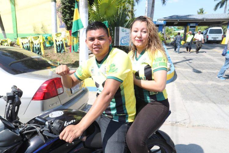 Dos aficionados que asistieron al encuentro saludan previo a su ingreso al estadio. (Foto Prensa Libre: Francisco Sánchez)