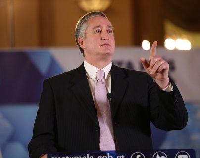 El ministro de Gobernación, Enrique Degenhart, en conferencia de Prensa. (Foto Prensa Libre: Esbin Garcia)