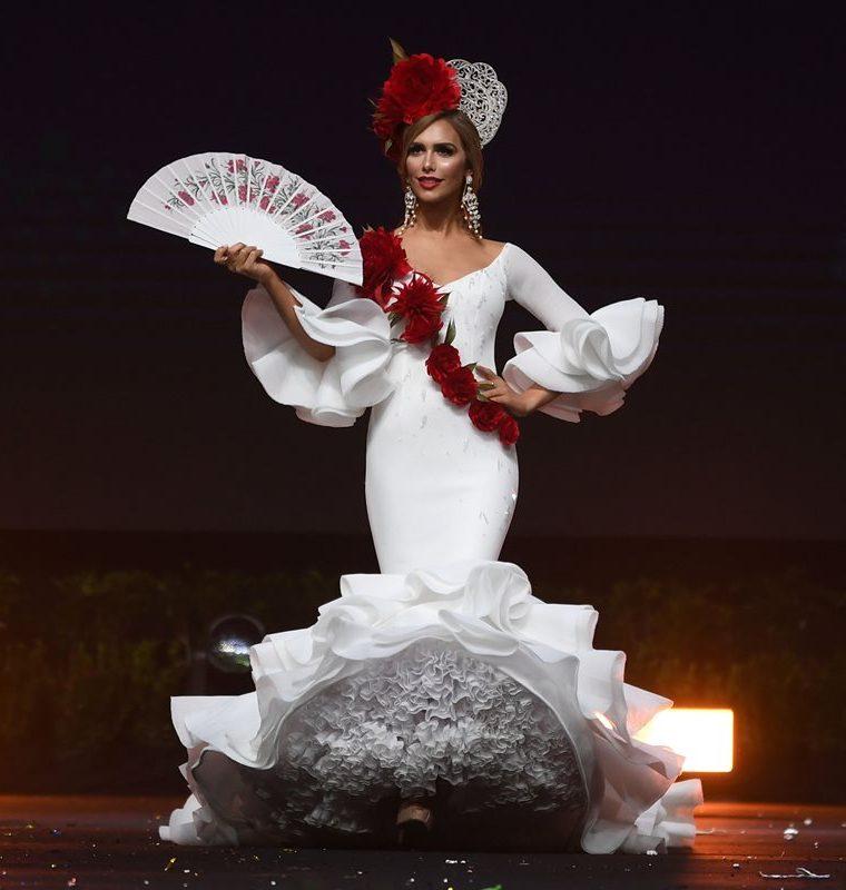 Ángela Ponce lució un traje tradicional de flamenco (Foto Prensa Libre: AFP).