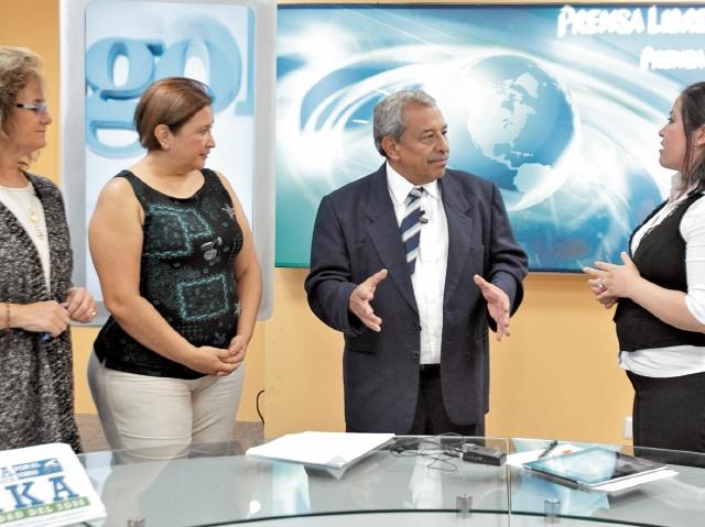 Karen Girón, epidemióloga; Verónica Gómez, de Infectología del Seguro Social, y Carlos Flores, del Ministerio de Salud, conversan con la periodista Andrea Orozco, durante el programa Diálogo Libre.