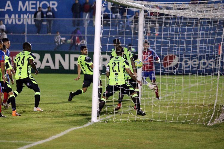 Héctor Moreira envío el balón al fondo del arco de Luis Pedro Molina para el primer gol. (Foto Prensa Libre: Carlos Ventura)