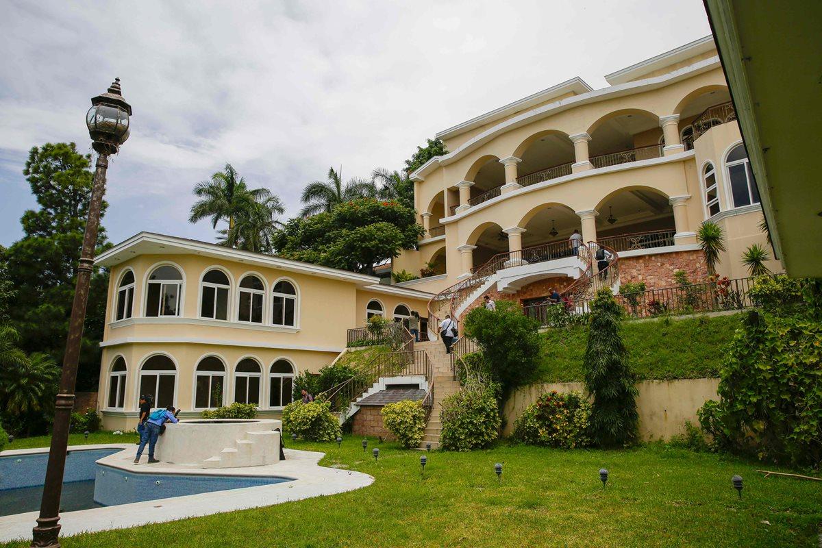 Vista de la lujosa mansión del expresidente Elías Antonio Saca en San Salvador, El Salvador.(Foto Prensa Libre:AFP)