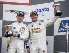 Fran Rueda y Andrés Saravia celebran el podio en Silverstone. (Foto Prensa Libre: cortesía Speed Adiction)