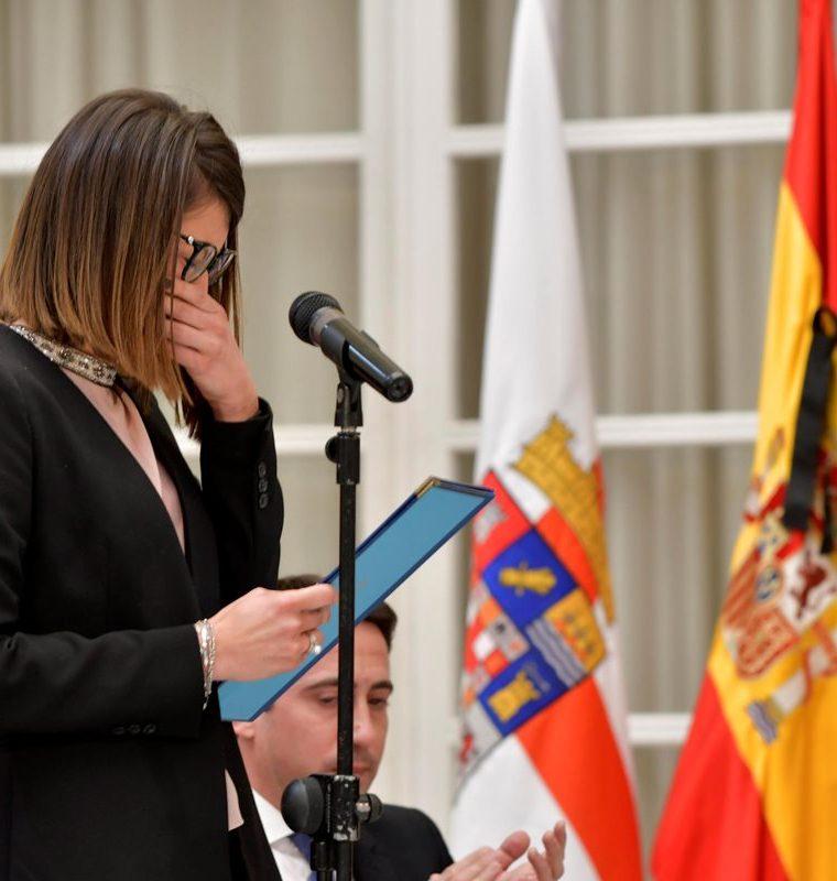 La diputada provincial del PP, Ángeles Martínez, rompe a llorar al intentar leer la declaración institucional del duelo de tres días en honor del niño. (Foto Prensa Libre: EFE)