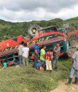 Bus accidentado quedó destruido en Dolores, Petén. (Foto Prensa Libre: Walfredo Obando)