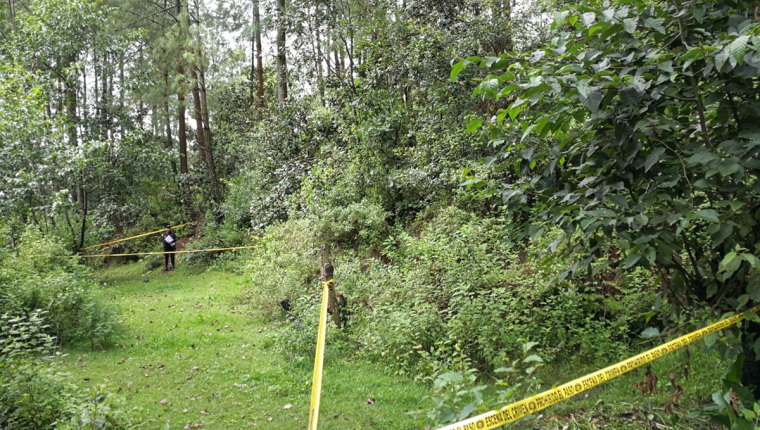 Autoridades acordonaron una amplia parte del terreno baldío. (Foto Prensa Libre: Fred Rivera)