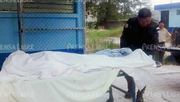 Autoridades trasladan el cadáver de la víctima a la morgue de la ciudad de Huehuetenango. (Foto Prensa Libre: Mike Castillo)