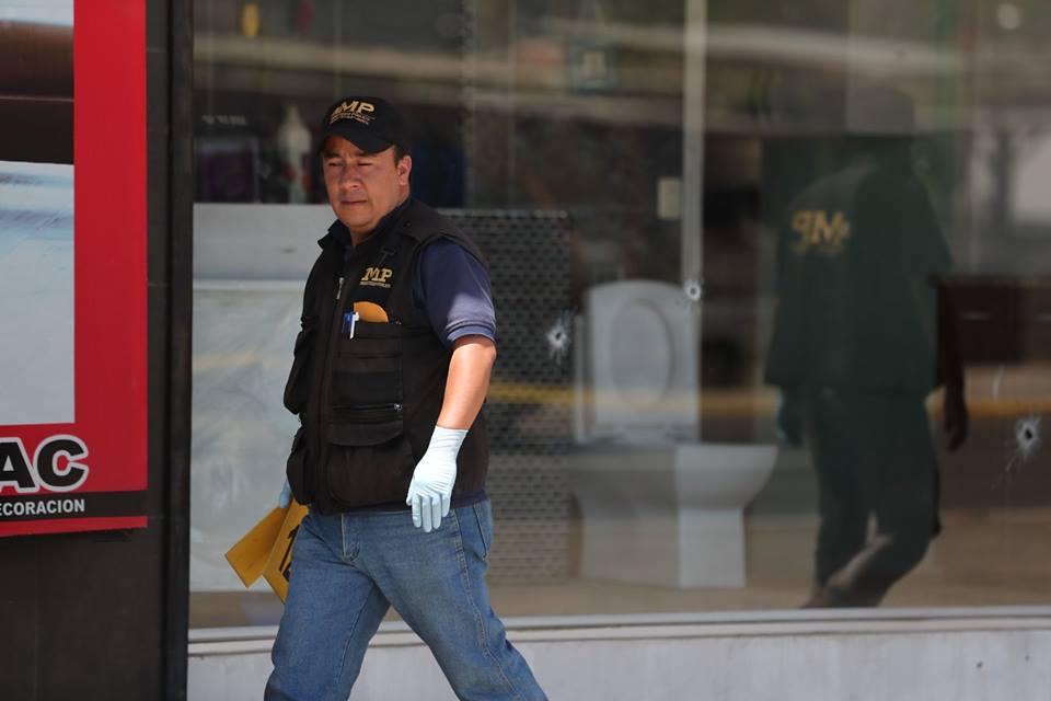 Tres disparos impactaron una vitrina de la venta de pisos en la zona 8 de Xela. (Foto Prensa Libre: Fred Rivera)