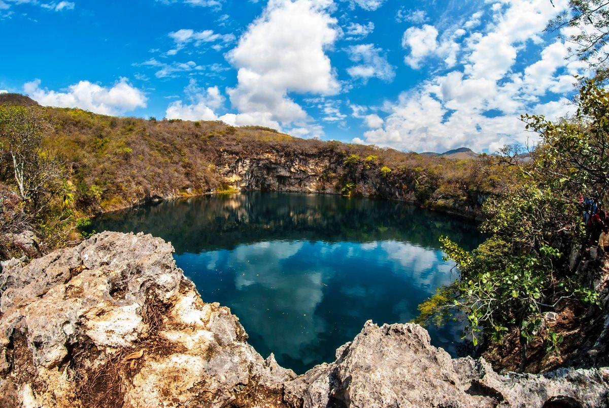 Los Cenotes de Candelaria son dos pozas conectadas por ríos subterráneos, admiradas por su belleza, en Nentón.