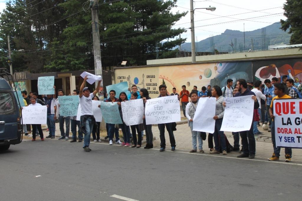 Estudiantes universitarios celebran captura de Roxana Baldetti