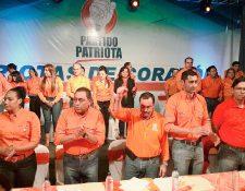 Valentín Gramajo, con el puño levantado, fue reelecto como secretario general del PP. (Foto Prensa Libre: Estuardo Paredes).