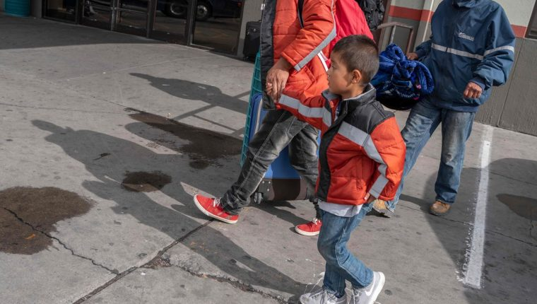 Algunos migrantes del grupo que fue abandonado en Texas, entre ellos varios niños, buscan a dónde ir. (Foto Prensa Libre: AFP)