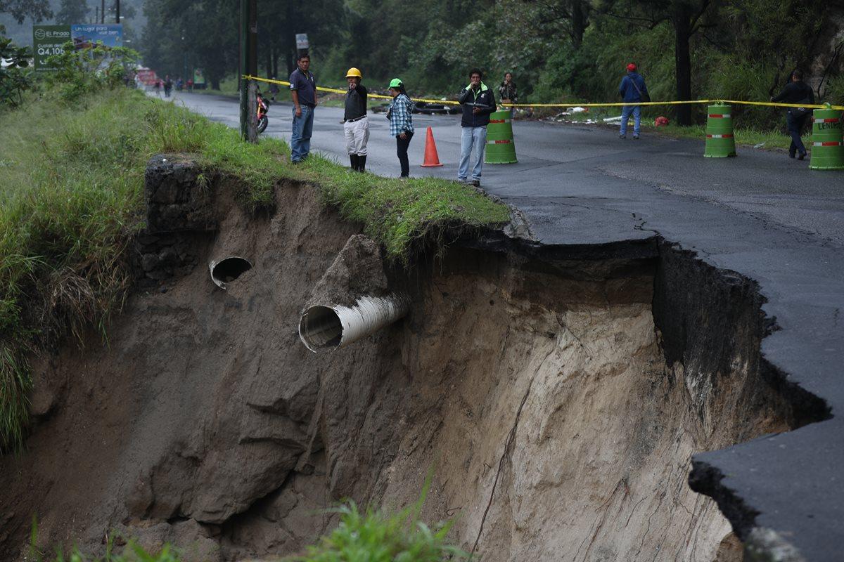 Debido al socavamiento en el bulevar Sur, el paso de vehículos fue cerrado.(Prensa Libre: Óscar Rivas)