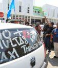Decenas de taxistas protestan frente a la municipalidad de Mixco.(Foto Prensa Libre: Esbin García)
