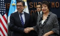 El embajador de EE. UU. en Guatemala, Luis Arreaga, firmó un convenio con autoridades del TSE para transparentar las elecciones. (Foto Prensa Libre: Érick Ávila)