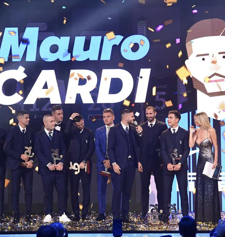 """Los ganadores en la """"Gran gala del calcio"""" que fueron premiados la noche del lunes. (Foto Prensa Libre: AFP)"""