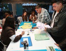 Miembros de una junta receptora de votos, durante el conteo de sufragios el pasado 16 de junio. (Foto Prensa Libre: Hemeroteca PL)